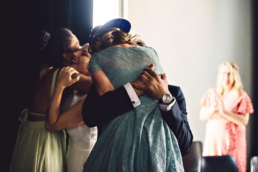 øyeblikksbilde med masse kjærlighet i bryllup i stavanger