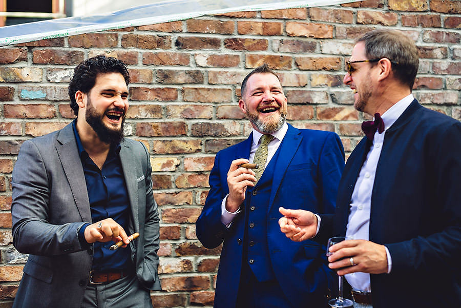 bryllupsgjester har røykepause bryllupsfotograf stavanger