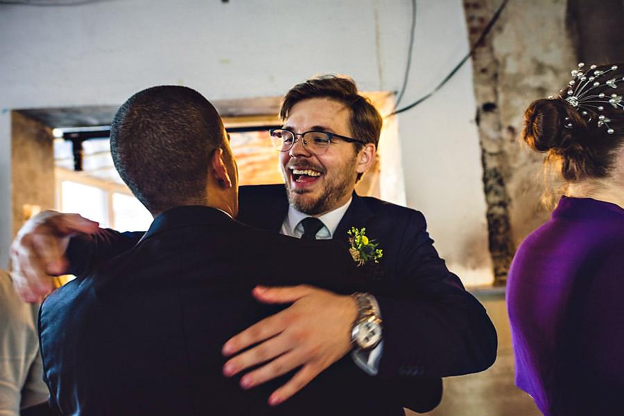 stor klem til brudgommen fotograf i stavanger