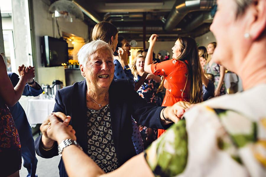 bestemor på dansegulvet i bryllup på tou scene i stavanger