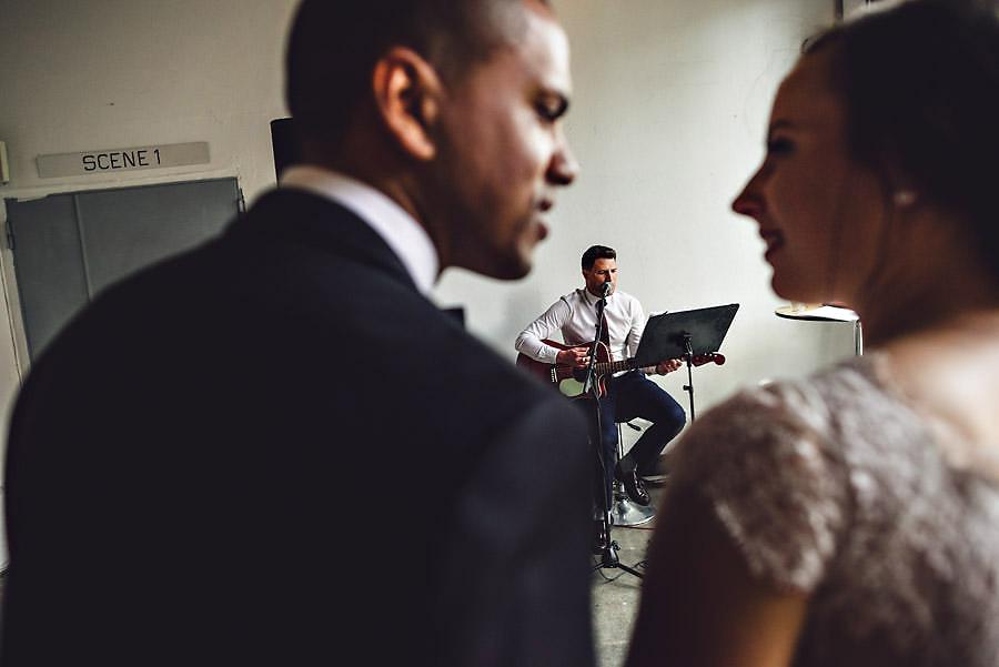 trubadur og brudepar på dansegulvet i stavanger