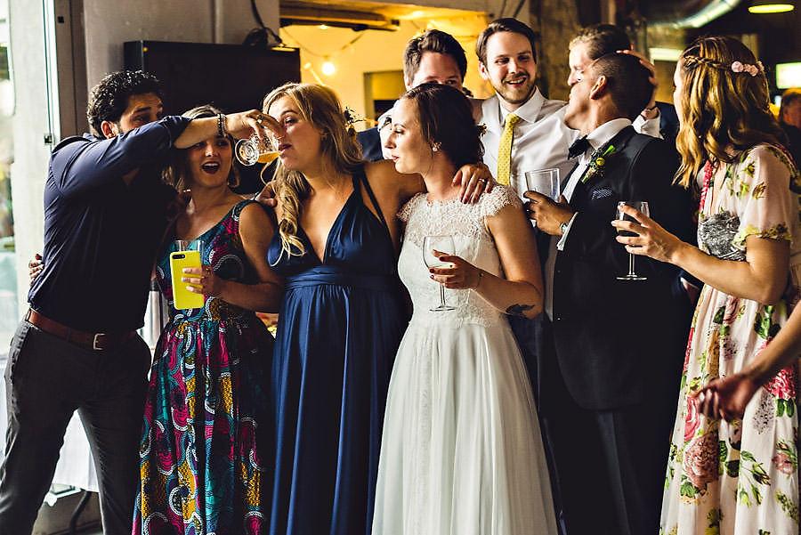 bryllupsgjester drikker og koser seg i bryllup i stavanger