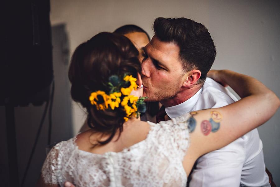 bruden får kyss på kinnet i bryllup i stavanger