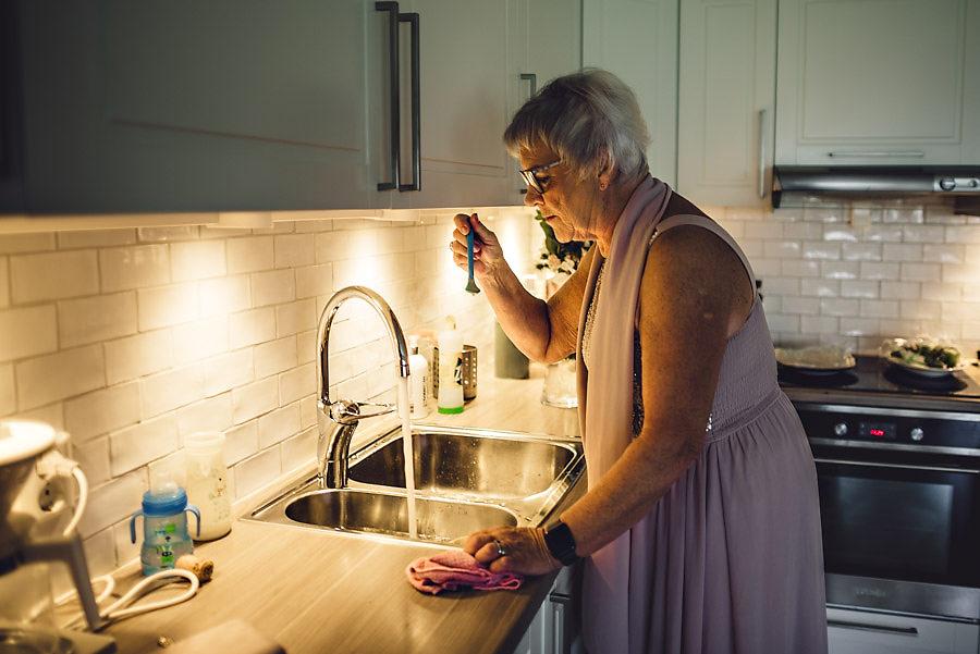 mormor varmer grøt til barnebarnet på bryllupsdagen