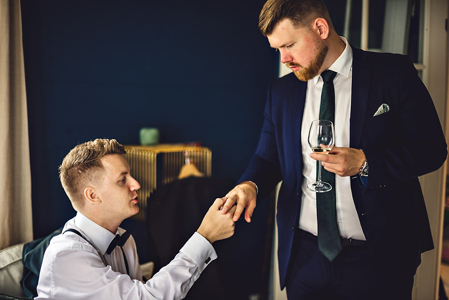 brudgom og forlover bryllupsfotograf stavanger