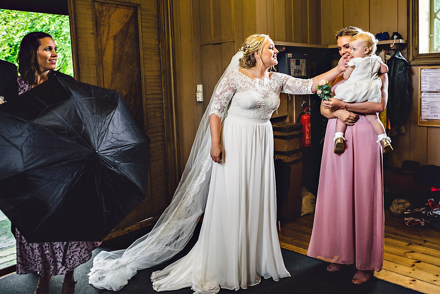 bruden ankommer kirka på bryllupsdagen fotograf stavanger