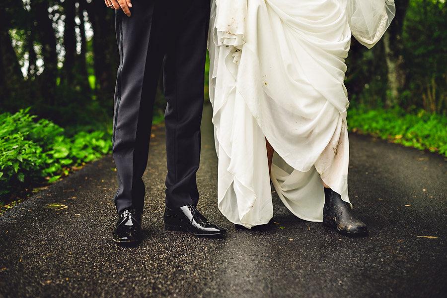 regnvær på bryllupsdagen i stavanger brud med støvler