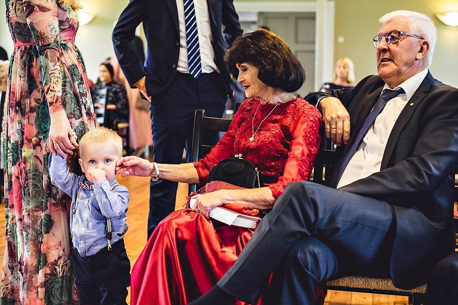 bestemor koser på kinnet til barnebarn i bryllup i stavanger