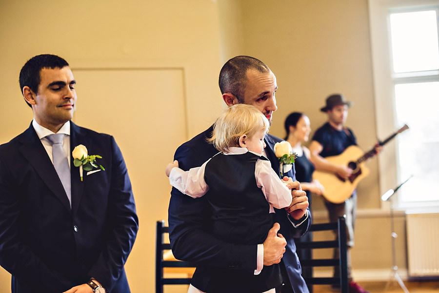 brudgom og sønn rørt til tårer av å se bruden for første ga