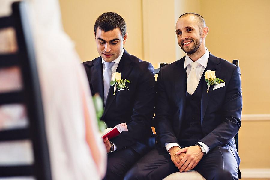 brudgommen betrakter bruden i kirka under vielse i stavanger bry