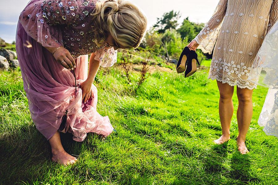 pinner sitter fast i kjolen bryllupsfotograf stavanger