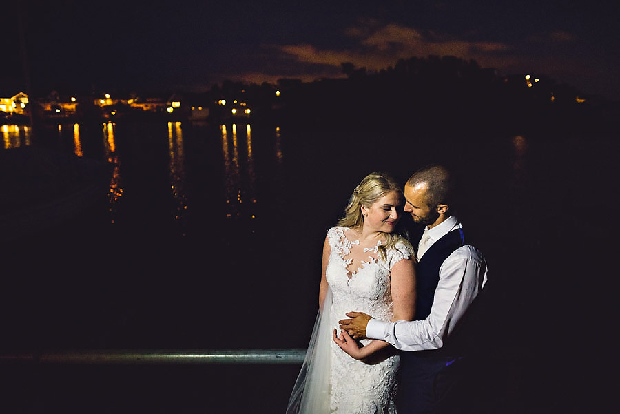 brudepar i natten på roaldsøy bryllup i stavanger i mørket