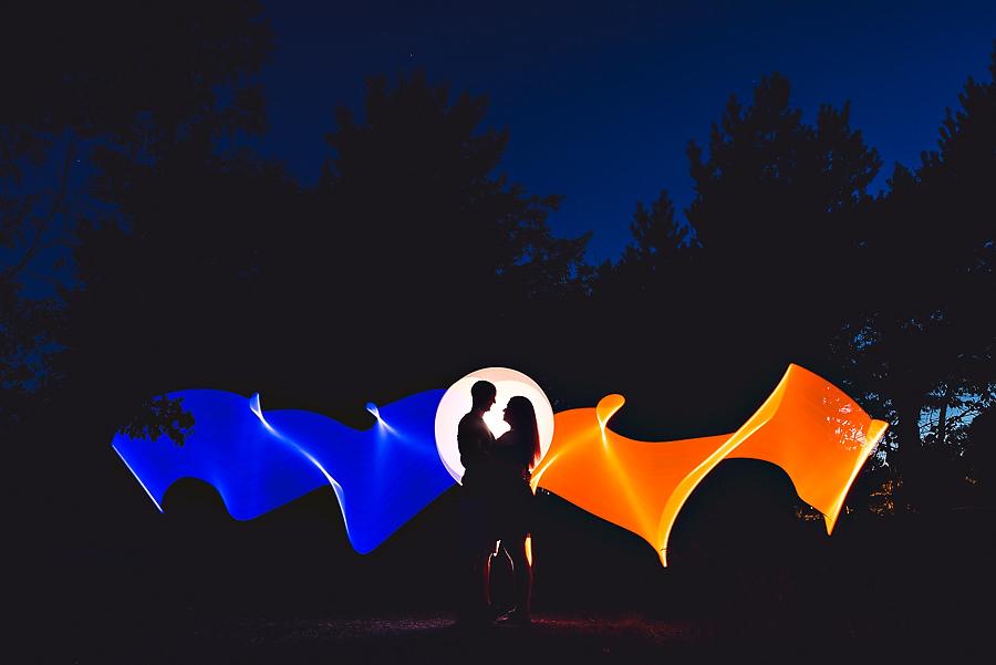 lysmaling og lang lukkertid portrett i mørket forlovelsesbilder