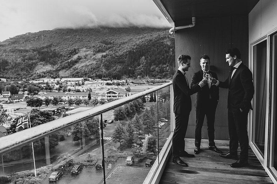 bryllupsfotograf loen brudgom og forlovere på hotel alexandra v