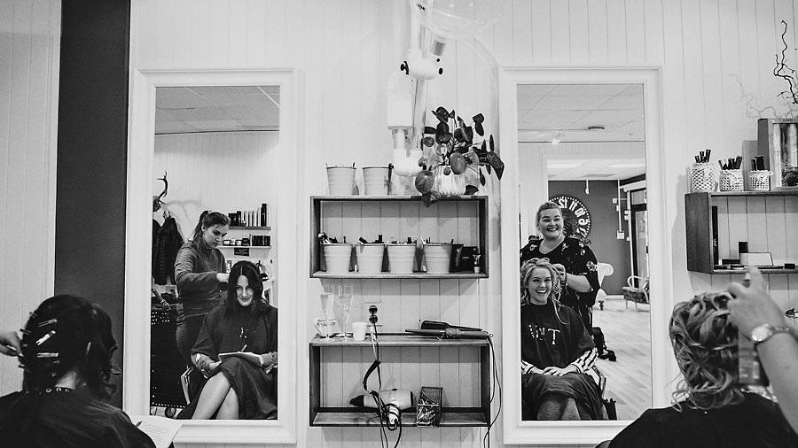 bryllupsfotograf stryn håroppsett og sminke av brud hos frisør