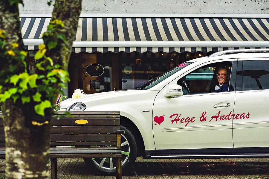 brudens far henter bruden på bryllupsdagen hos frisør i stryn