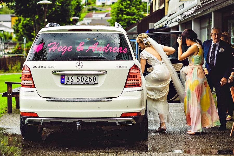 brud og forlover på vei til vielsen på bryllupsdagen i stryn