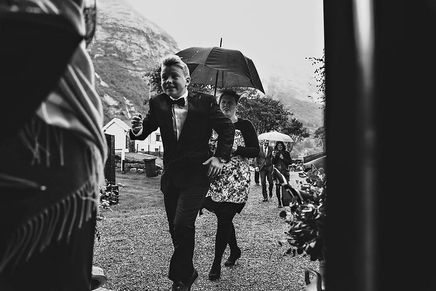 bryllupsgjester på vei inn til vielse i oppstryn kyrkje