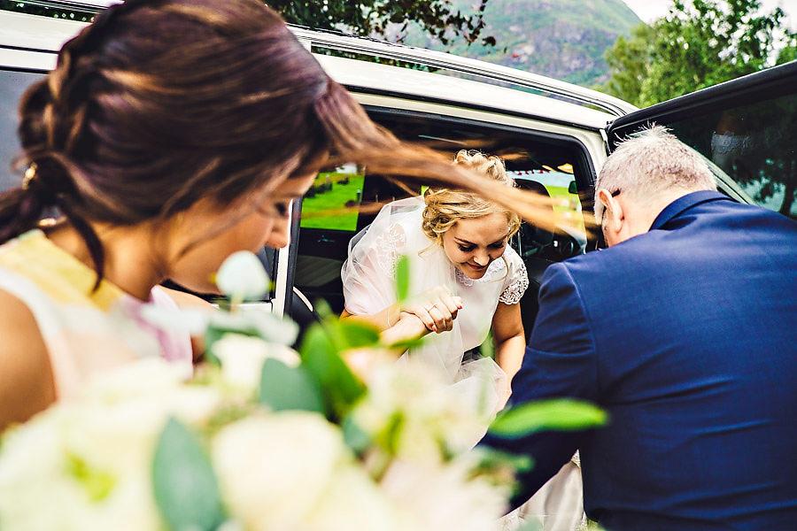 bruden og forlover på vei til vielse i oppstryn kyrkje bryllups