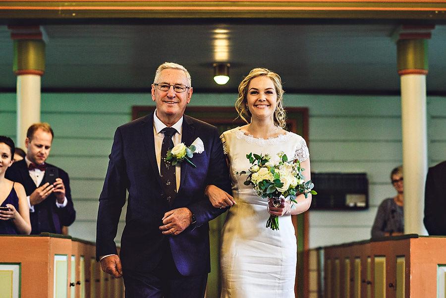 bruden blir ført opp til alteret av sin far i bryllup i oppstry
