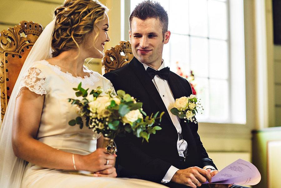 nygift brudepar i oppstryn kyrkje