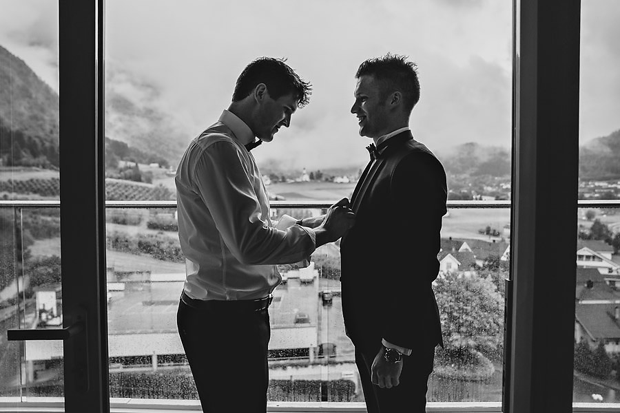 brudgom og forlover på hotel alexandra bryllupsfotograf i nordf