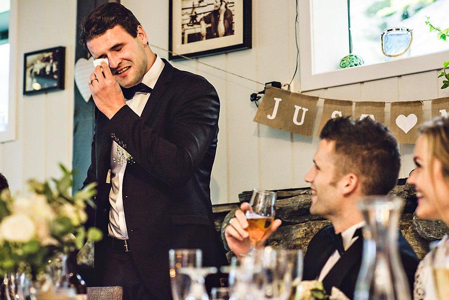 bryllupsfotograf yrineset rørt forlover gråter