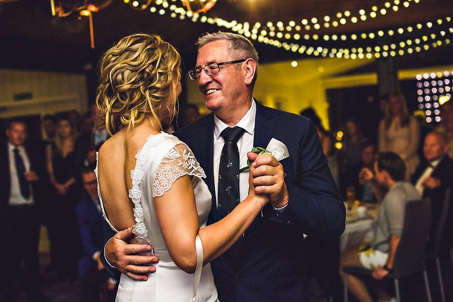 bryllup på yrineset bryllupsfotograf brudens dans med far