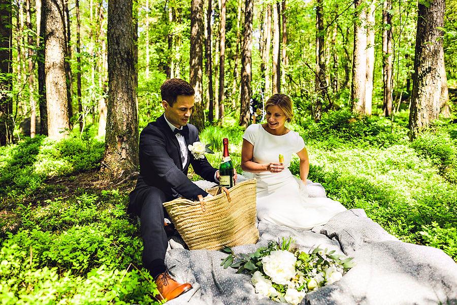 bryllupsfotograf stavanger piknik med brudeparet i sørmarka