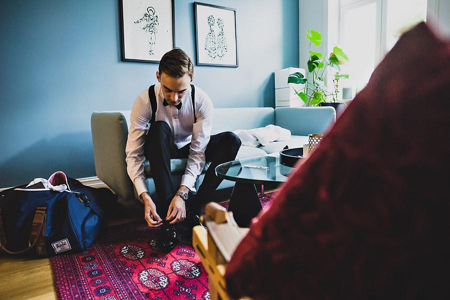 brudgom knyter skolisser bryllupsfotograf oslo