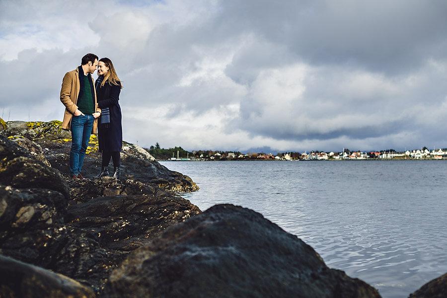 bryllupsfotograf stavanger forlovelsesbilder ved sjøen på hund