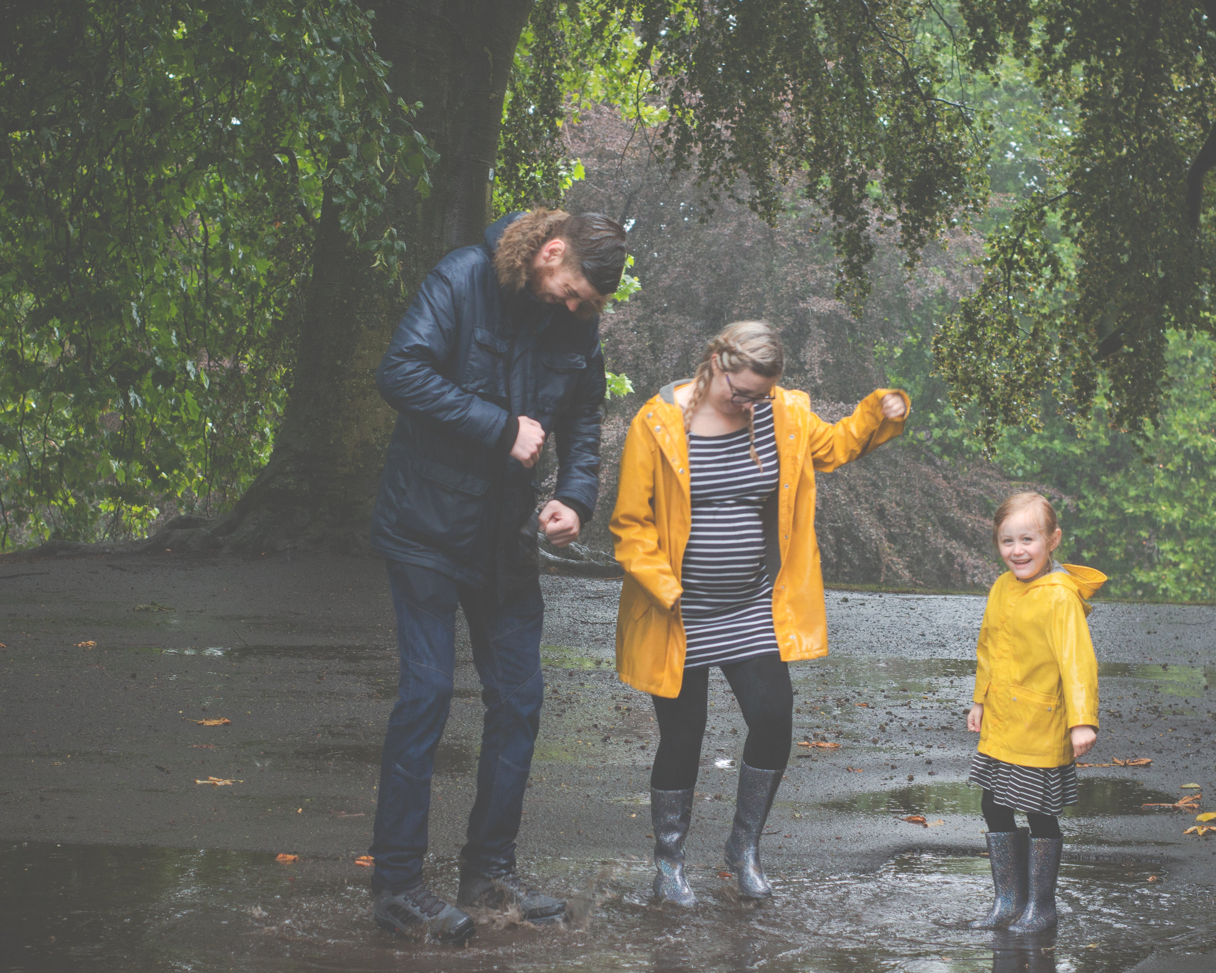 maternity-pregnancy-photoshoot-bradford-outdoor-rainy-cliffe-castle-6