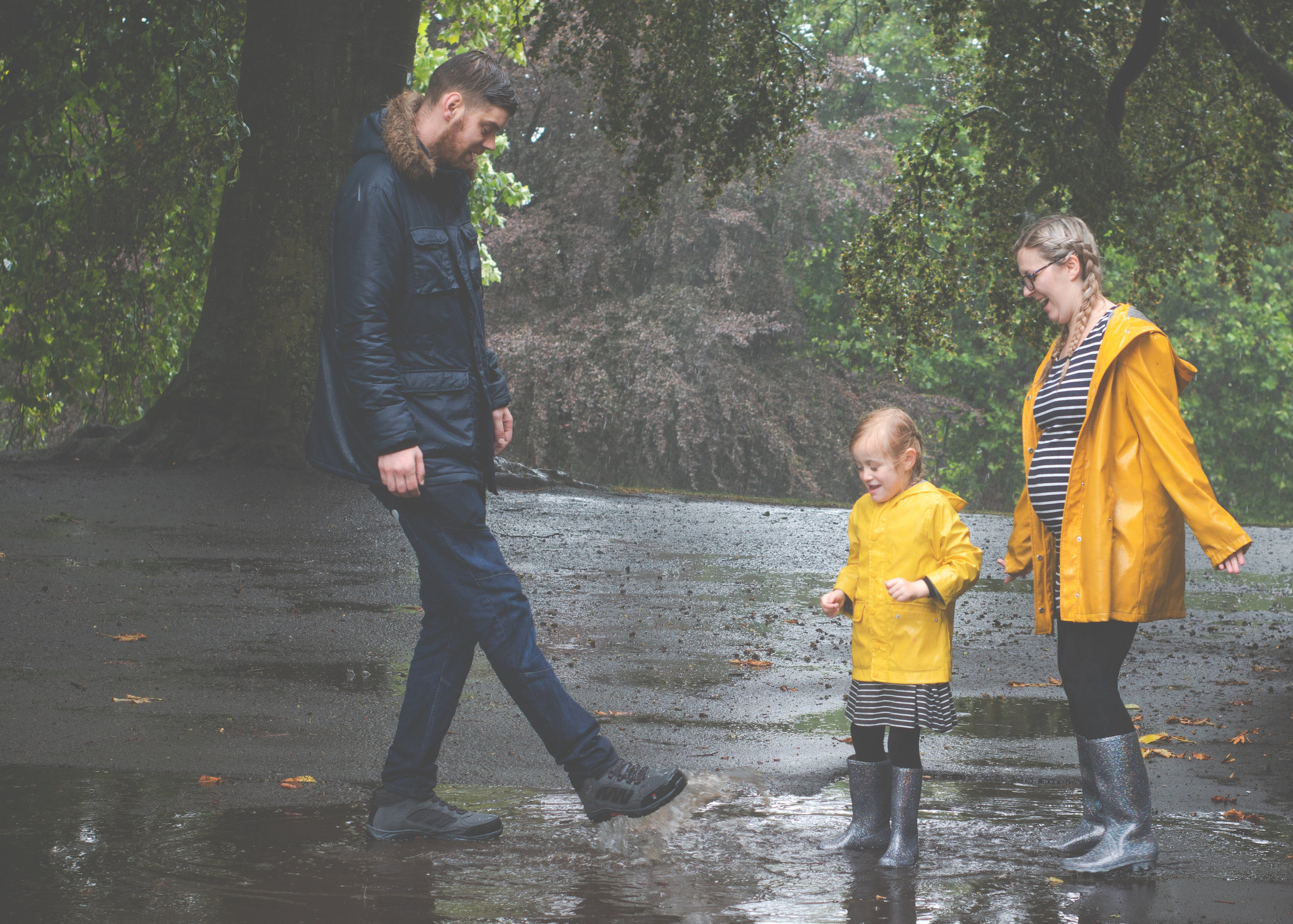 maternity-pregnancy-photoshoot-bradford-outdoor-rainy-cliffe-castle-3