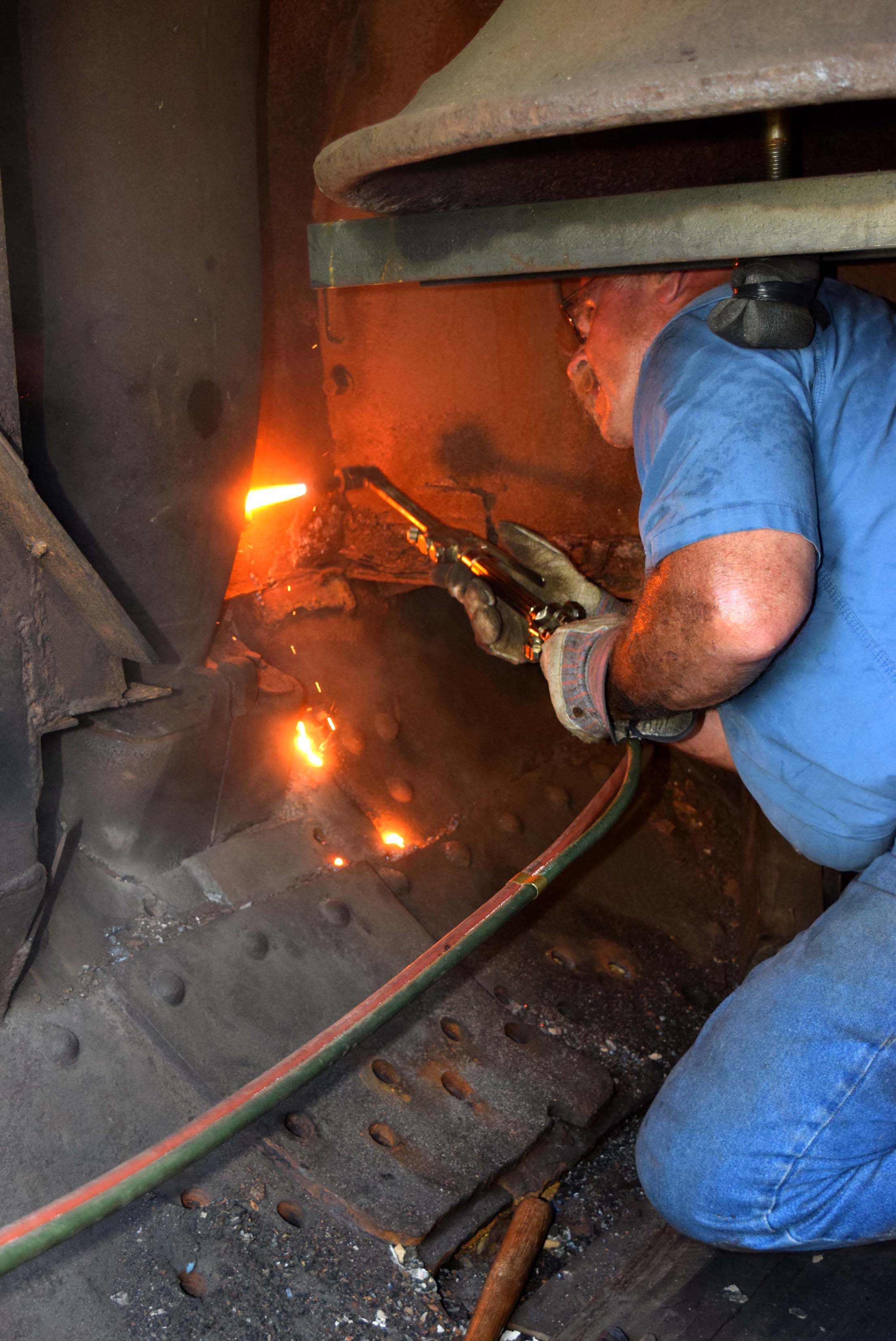 John cuts delivery pipe collar bolts.JPG