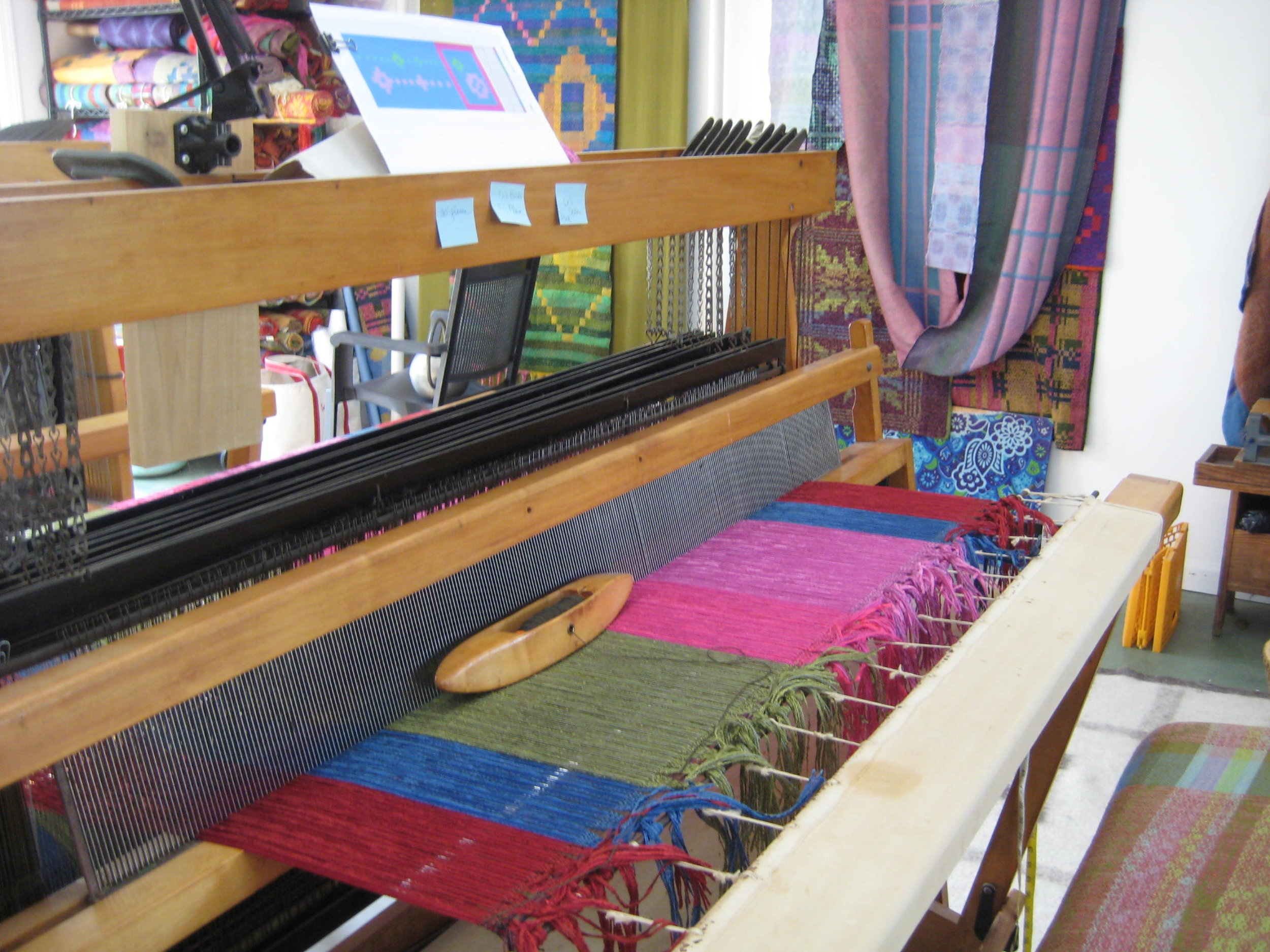 When the warp is wound onto the loom, the warp is tied onto the front beam or cloth beam and the tension is adjusted. Then one tests for and corrects mistakes in threading.