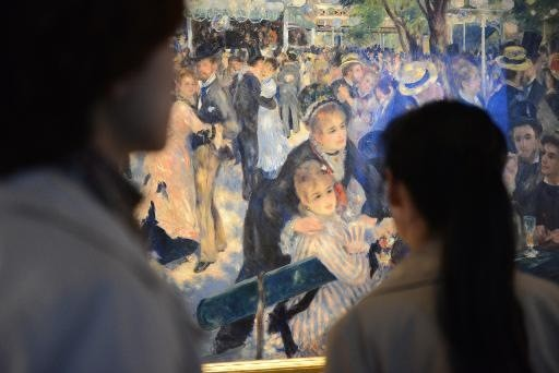Viewers in front of Pierre-Auguste Renoir's  Bal du moulin de la Galette