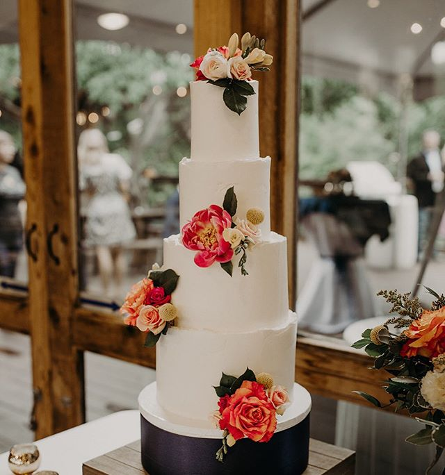 This tall lady stole my heart! 😍  Photo: @amberdawnpics . . . . #cake #cakedetails #flowers #floralcakes #texture #buttercream  #tieredcake #cakedesign #newbraunfels #texaswedding  #champagnecake  #roughedges #stylemepretty #greenweddingshoes  #theknot #atx