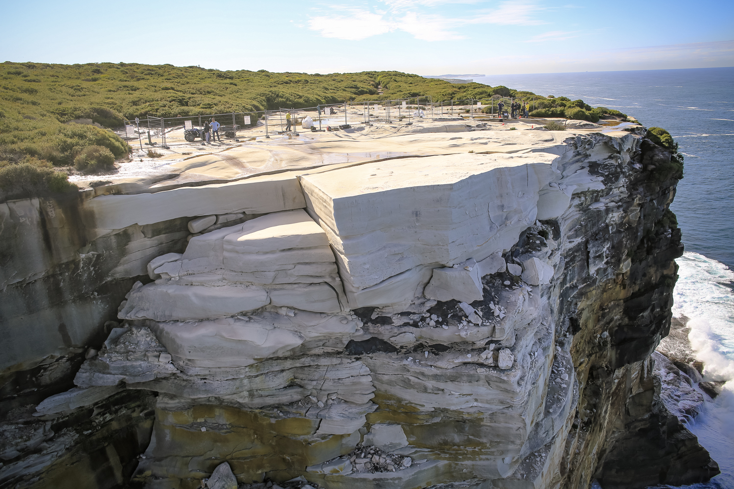 © Office of Environment and Heritage NSW  The cracking of the rock is extensive and geologists have confirmed that the rock can collapse at any stage.
