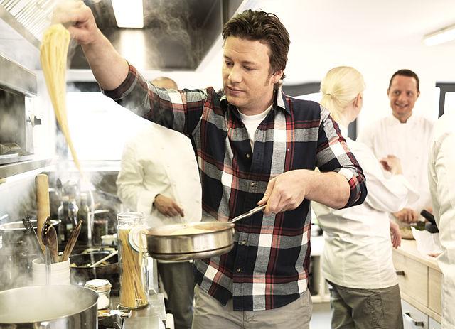 Jamie_Oliver_cooking.jpg
