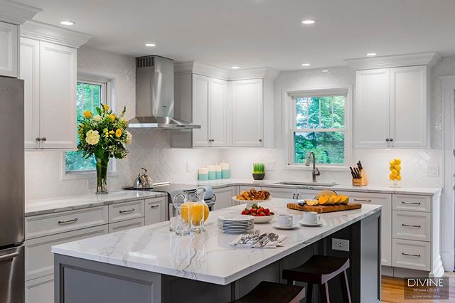 A LIGHT AND BRIGHT TRANSITIONAL KITCHEN⠀ .⠀ .⠀ .⠀ #designblog #designer #designporn #designideas #decoration #decorating #moderndecor #homedecor #livingroom #livingroomdecor #livingthedream #lifestyle #lifestyleblogger #bostondesigner #bostonblogger #interior #instahome #instacool #interiuer #interior123 #interioinspo #luxurylifestyle #luxuryblogger #luxurydesign #luxuryhomes #blackandwhite