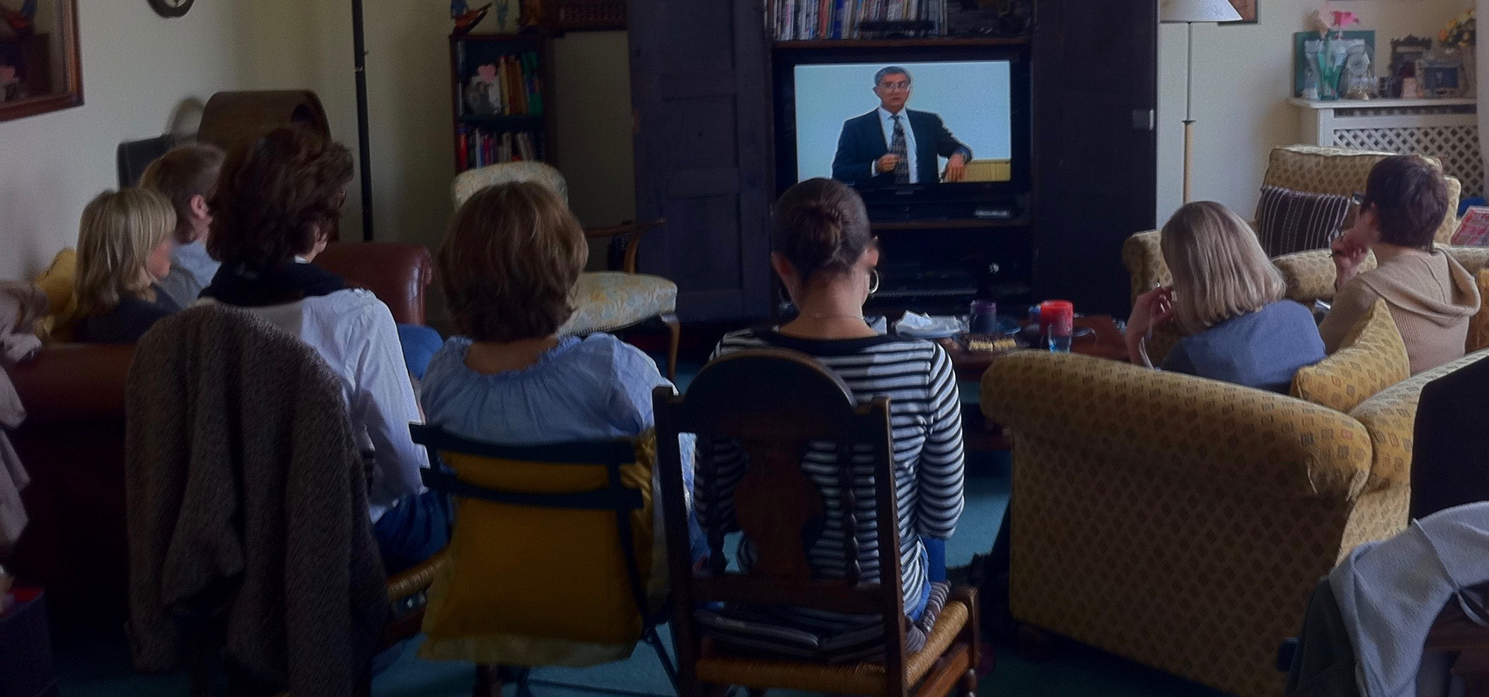 Parents and professionals meet to learn the common characteristics and myths about gifted children. Watching the late gifted expert Dr. James Webb, who founded of SENG gifted USA. Gifted in France. (photo by Helen Sahin Connelly)