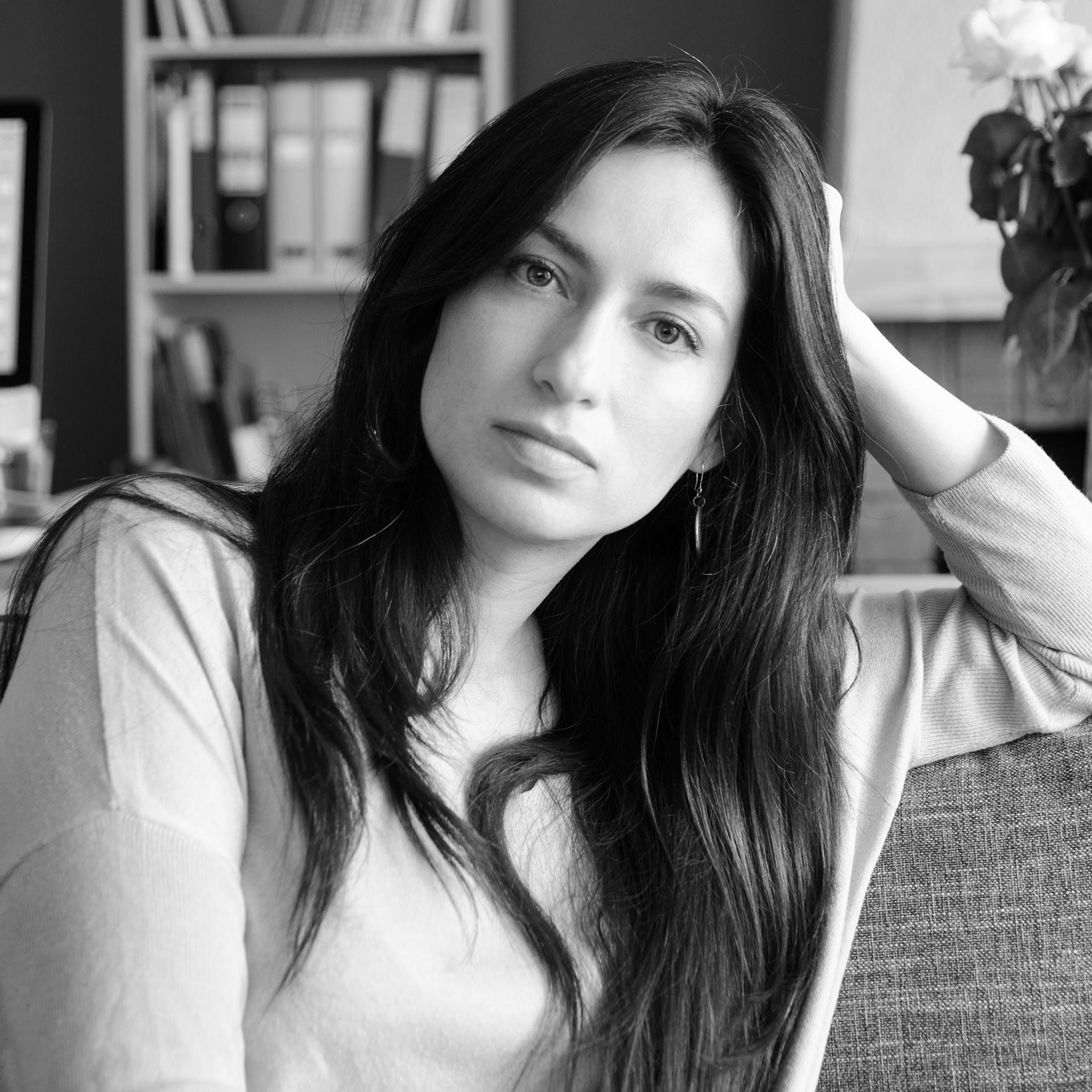 SUSANA OVIEDO  Se graduó con la primera promoción de Diseño en la PUCE, realizó una maestría en Bellas Artes en Reino Unido y ha seguido talleres de ilustración, técnicas de impresión, orfebrería, vitrofusión, cerámica y encuadernación en Ecuador y en otros países. Es directora creativa de arte e ilustración y tiene a su cargo el área gráfica de la organización.