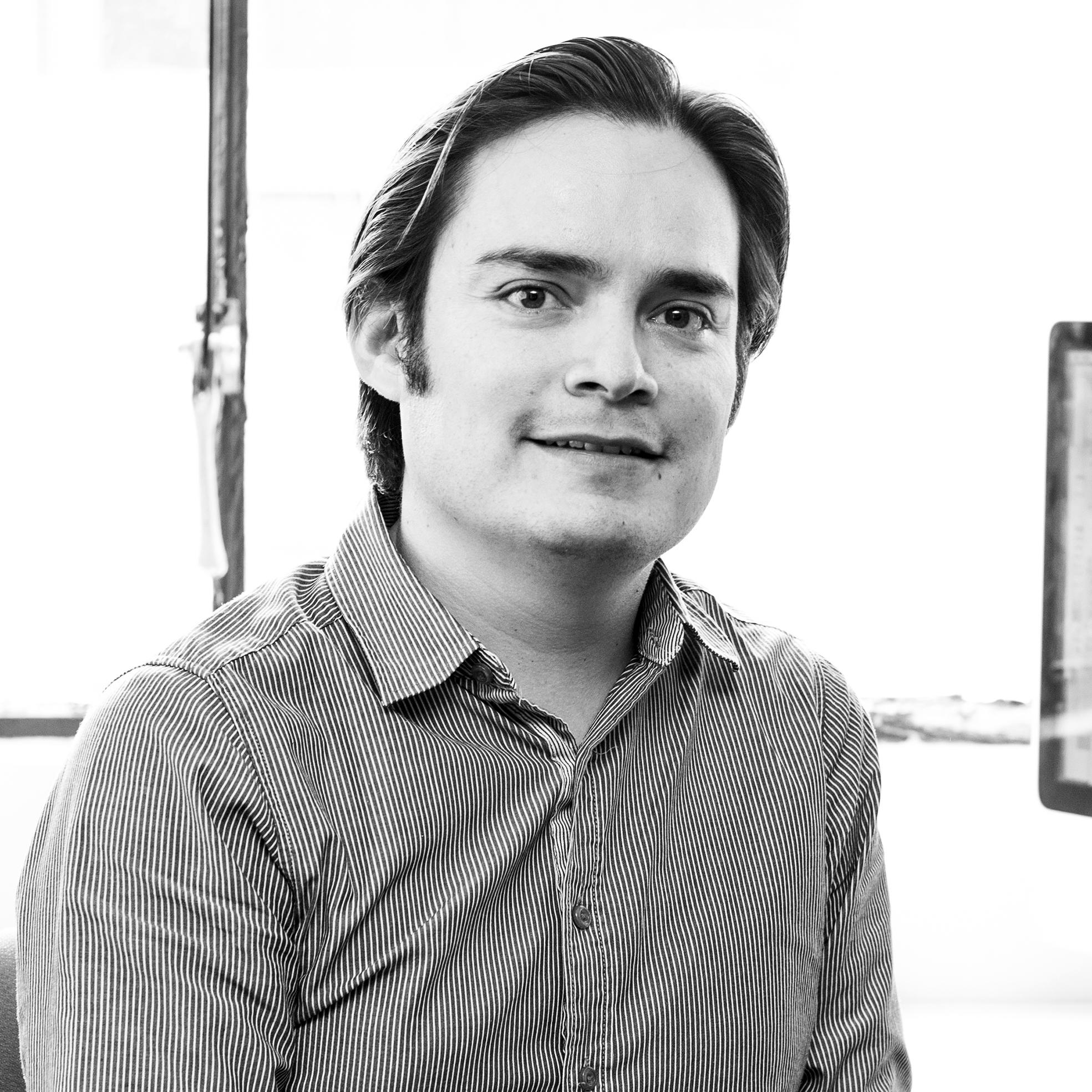 DAVID ARCOS  Graduado en Administración de Empresas y en Contabilidad en la PUCE, realizó un MBA en la Universidad del Mar, Chile, y una maestría en Sistemas de Calidad y Productividad en el Tecnológico de Monterrey. Tiene experiencia en la dirección de proyectos, manejo financiero, contratación y control. Al interior de Ziette gerencia el área administrativa y financiera.