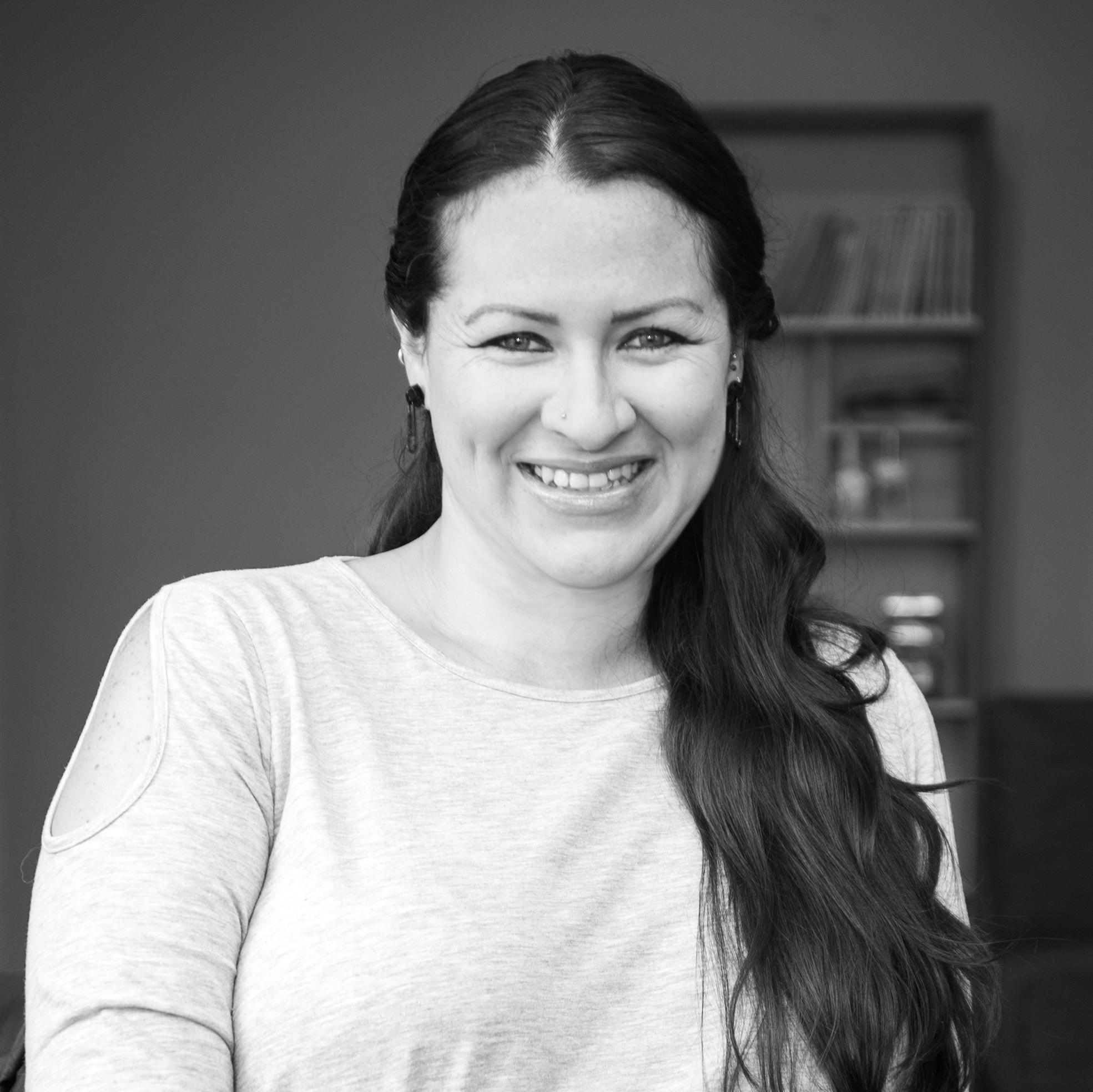 DIANA REDÍN  Diana fusiona en Ziette el conocimiento de sus dos carreras: Administración de Empresas mención Marketing de la UDLA e Ingeniería en Mercadotecnia de la UIDE. De la misma manera aplica también sus conocimientos a sus otras pasiones como la lucha y trabajo diario por la liberación animal y grupos que han sido vulnerados en sus derechos.