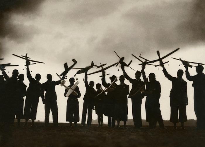 Model Makers' Meeting, Mondial Photo-Presse, c. 1930. 12.8 x 17.6 cm