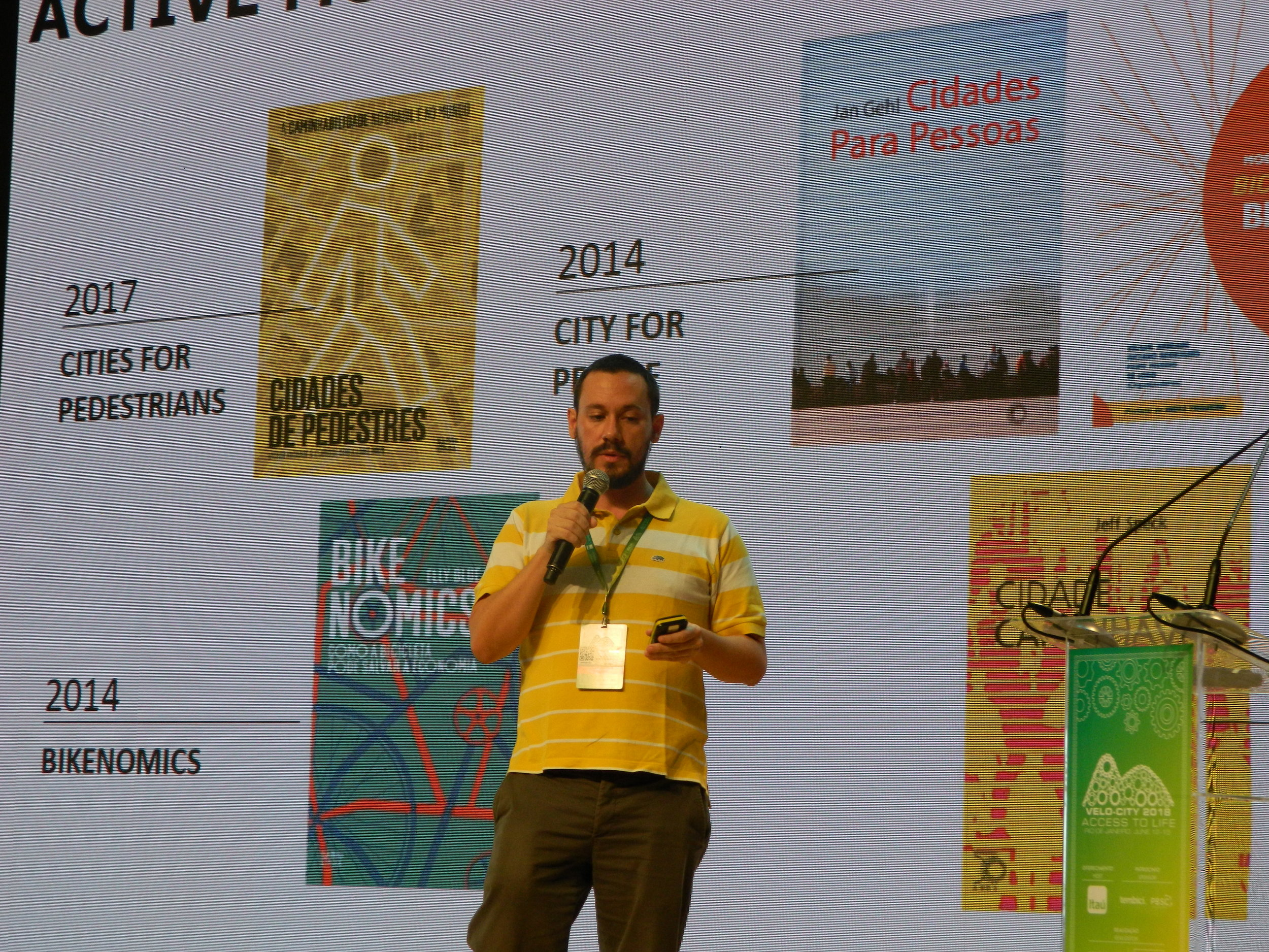 Filipe Marino (LABMOB), during presentation of the paper The active mobility in Brazil: advances in the scentific research