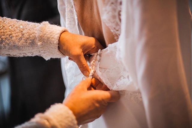 Details 👌🏼 ⠀⠀⠀⠀⠀⠀⠀⠀⠀ Myrthe & Nelis, February 2019 💕 ⠀⠀⠀⠀⠀⠀⠀⠀⠀ #wedding #weddingphotography #trouwfotografie #trouwfotograaf #weddingshoot #bride #groom #dutchwedding #fotograaf #beautifulwedding #proposal #verloofd #wijgaantrouwen #prinsnagtegaal #wijgaantrouwen #trouwen #bruid #bruidegom #verloofde #bruiloft #bruidsfotograaf #verlovingsshoot #isaidyes #bridetobe #winterwedding
