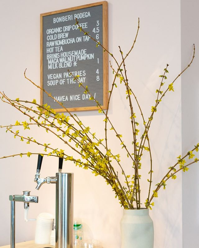 Not sure what we love more, the accent flowers or Kombucha on tap at @bonberionbleecker!
