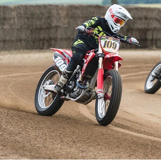 Brb, going back to @greenfielddirttrack ✈️. /___________ Repost #throwbackthursday to earlier in the summer when @sandriana.shipman was over from the USA tearing it up on our dirt and instructing with us for #DirtCamp 🇬🇧💚🇺🇸 photos - @tombingphoto #flattrack #dirttrack