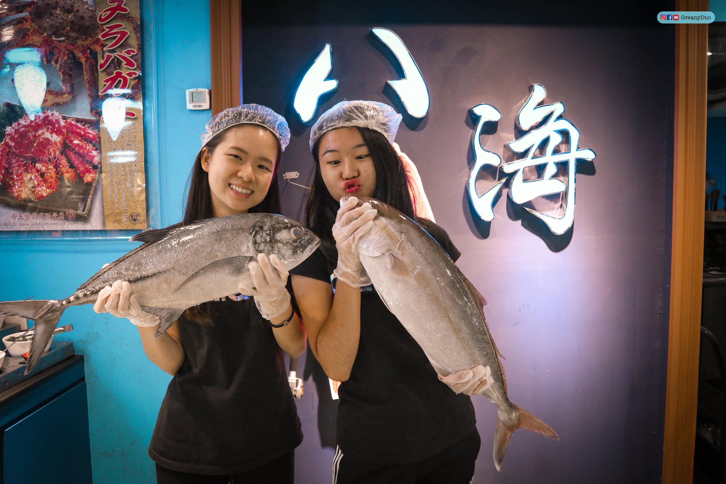 jenny and tina posing with fishes at บุฟเฟ่ต์ชาบูไต้หวันที่ Hakkai Shabu Shabu ซีเหมินติง